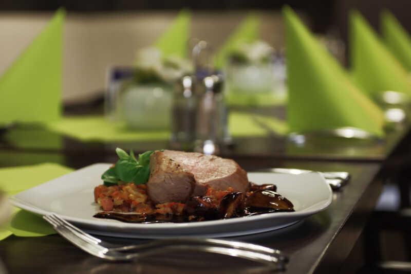 ...stejně jako kuchaři, číšníci stále připraveni s nabroušenými noži  kdykoliv spustit svoje gastronomické koncerty