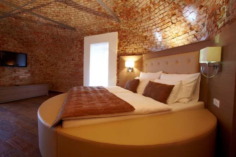 Pokoje hotelu Sladovna jsou sice osiřelé, ale čekají jen na vás...