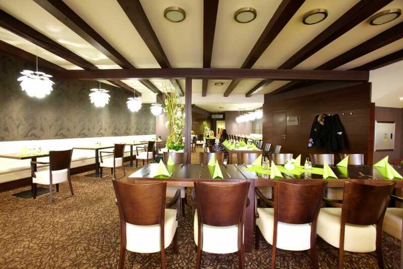 Přijeďte zaplnit všechny židle  u bohatě prostíranýchstolů restaurace