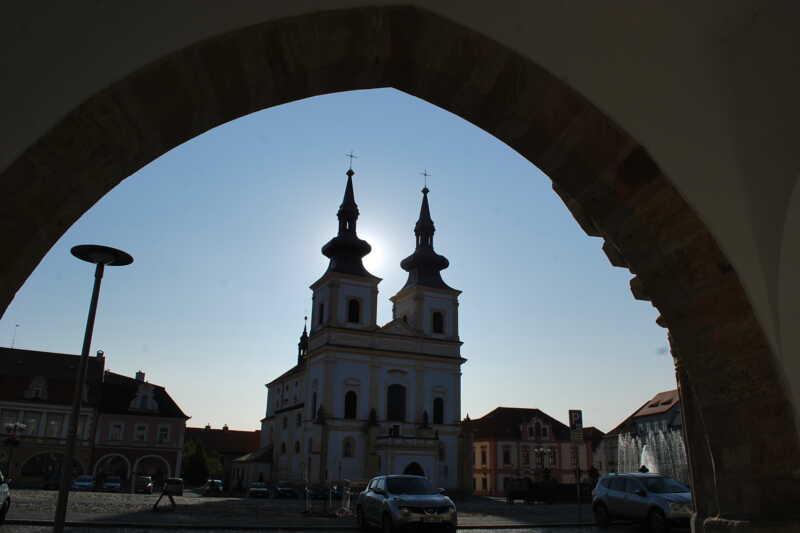 Kadaň - kostel Povýšení Svatého Kříže z podloubí - Dolní Poohří