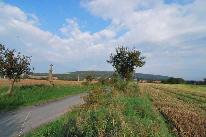 Jeden z pohledů na Kosíř - tedy na ten Velký Kosíř - to je ten zalesněný hřbet na obzoru, svým tvarem připomínající kosu - od té prý jeho jméno pochází