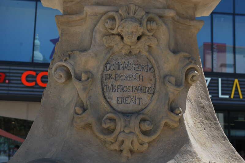 Mariánský sloup a socha svatého Jana Nepomuckého tvoří dvojici významných pískovcovývh platik na náměstí T. G. Masaryka. Na podstavci Janovy sochy je i zaznamenáno i jméno donátora. Z druhé strany pak v článku už zmiňovaný latinský nápis.