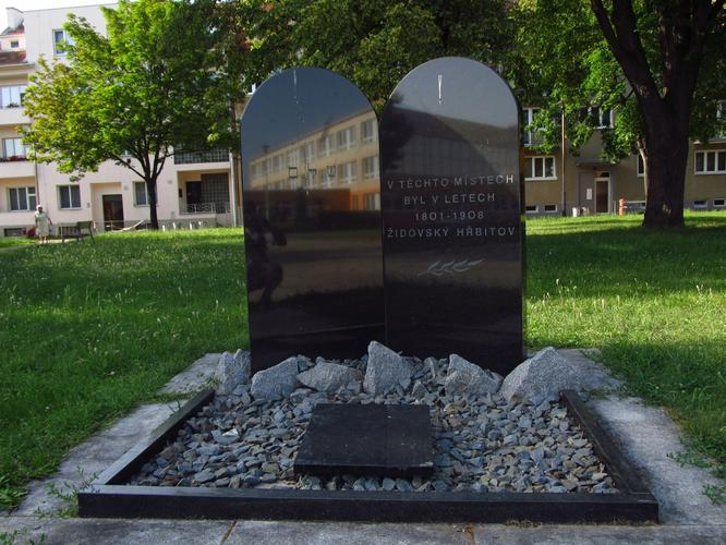 Památník opřipomínající staryý a dnes už neexistující židovský hřbitov