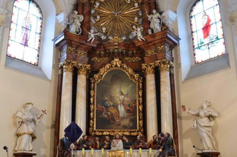 Hlavní oltář zdobí velkolepé sousoší Poslední večeře Páně. Přistupte, ale prosím s úctou.