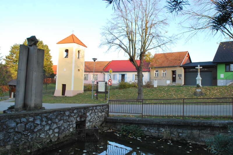 Velenov - náves se zvonicí