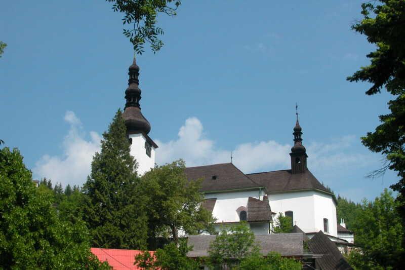 Půvabný kostelík na kopci nad Španiou Dolinou