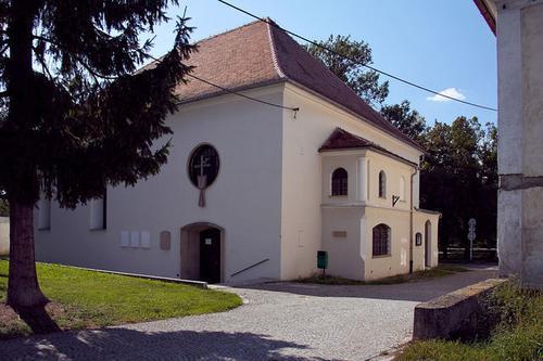 Synagoga zvenku....