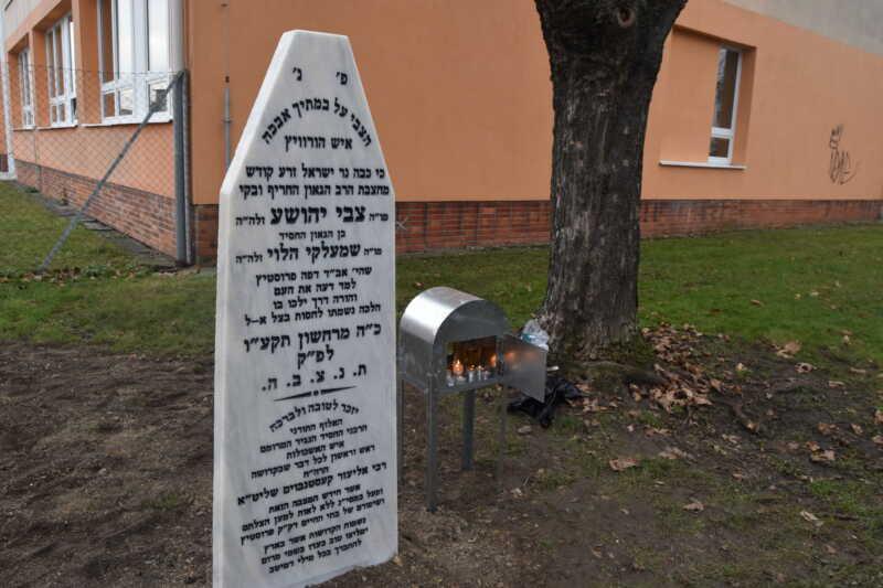 Replika náhrobku rabína Horowitze na místě starého židovského hřbitova