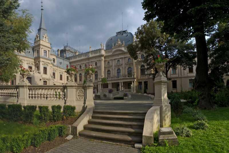 Vstupní portál paláce působí opravdu monumentálně
