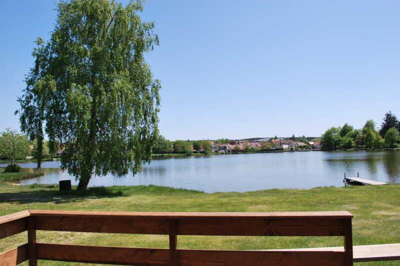 Krásný výhled z nového apartmánu na rybník - Suchý v pozadí