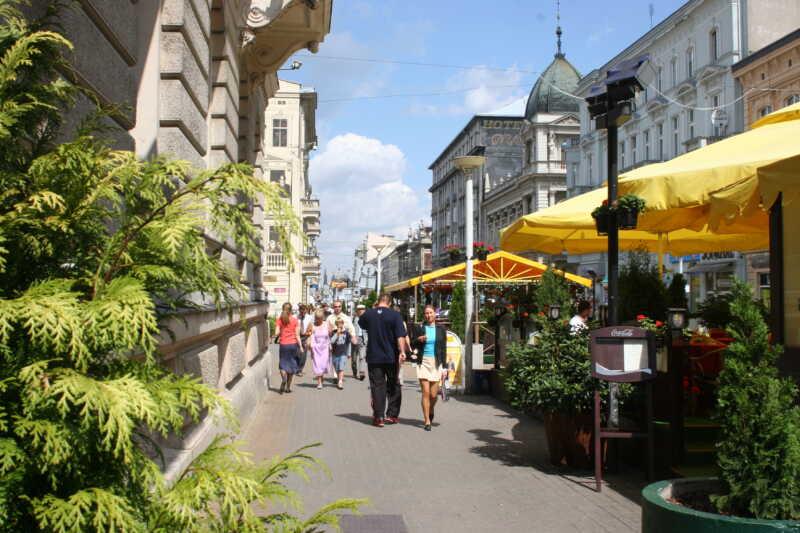 Ulice Piotrkowska je atraktivním místem pro společenské setkání...