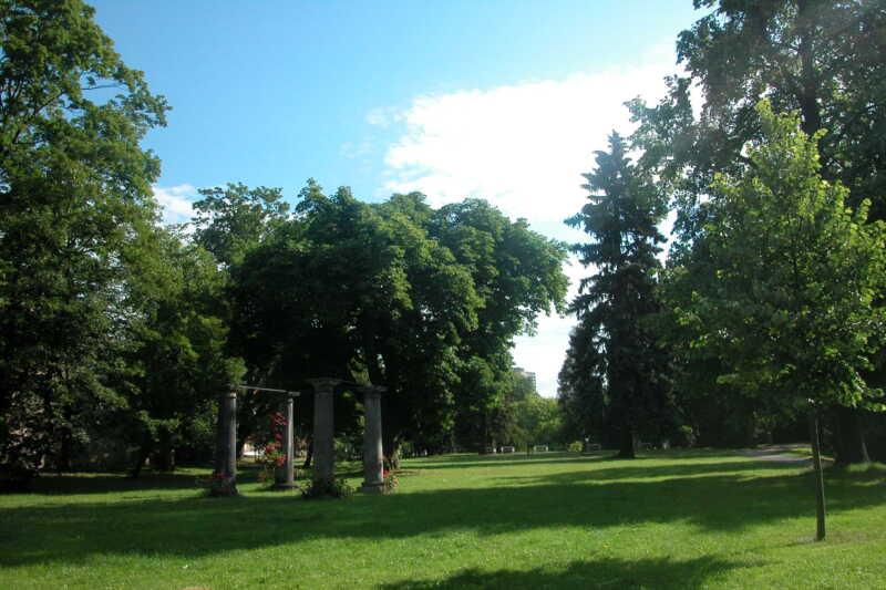 Romantická cesta zámeckým parkem vede až k Lázním Evženie a k Loděnici