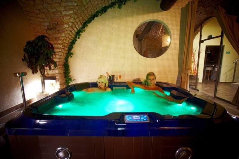 Račte vstoupit do vířivky - třeba po výletě do okolí hotelu Sladovna